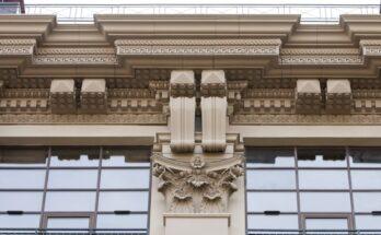 Современный фасад, отделанный лепниной