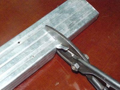 Ножницами по металлу также можно резать профили для обрешетки.