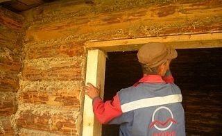 Данные конструкции используют даже в старых деревянных домах, которые уже давно прошли процесс усадки, чтобы получить основу для монтажа окон или дверей