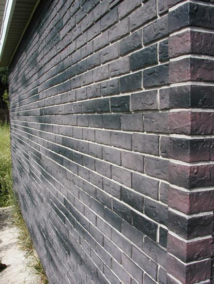 Стена, покрытая виниловым сайдингом под кирпич