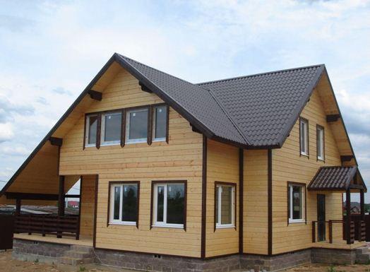 Дом с фасадом из фальш бруса.