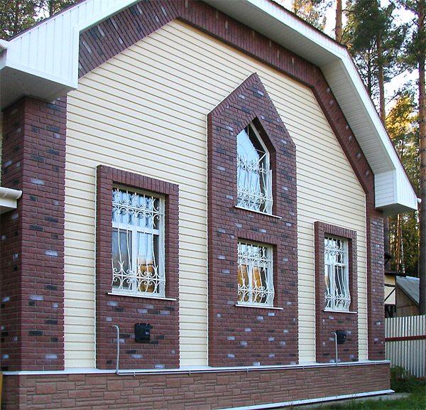 Декор фасада, выполненный из разных фактур и цветов цокольного и винилового сайдинга