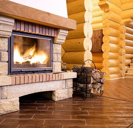 Эффектное сочетание дерева и камня-песчаника теплого оттенка