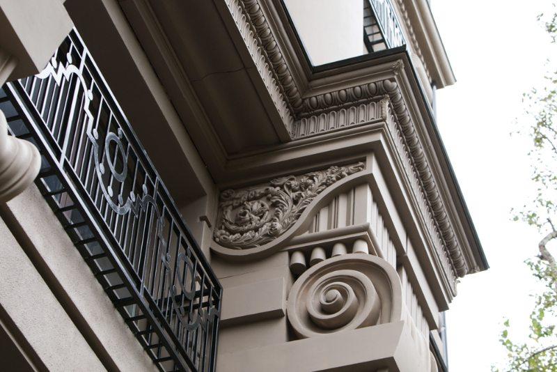 Фасад с декором из стеклофибробетона