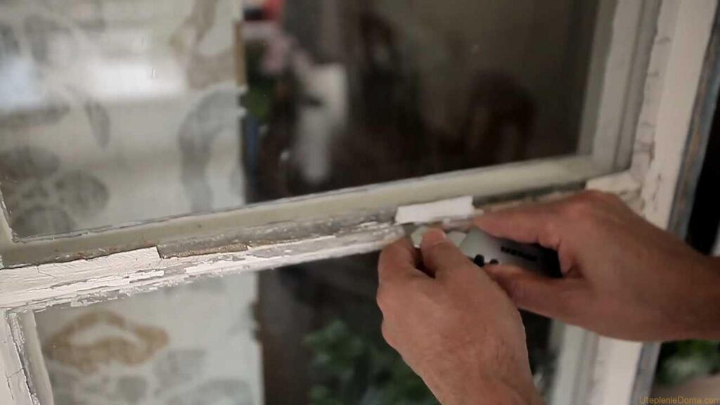 Если замазка и краска с поверхности конструкции уже опадает, то стоит произвести полную зачистку