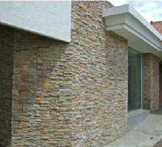 Фасад, отделанный диким камнем