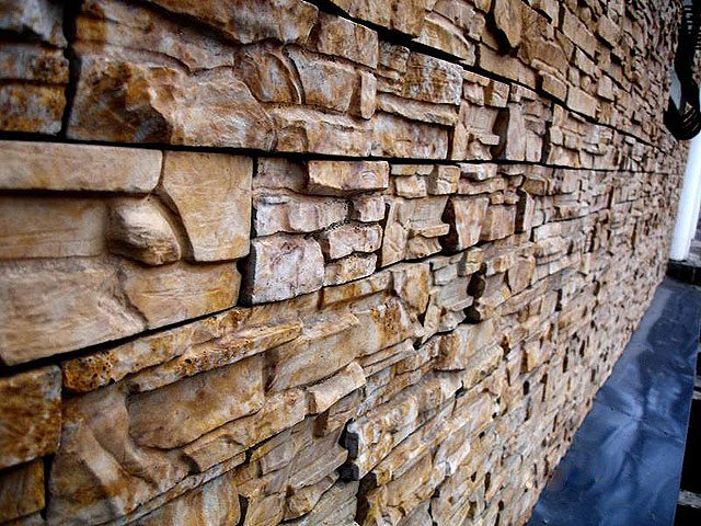 Бетонная плитка может имитировать природный камень.