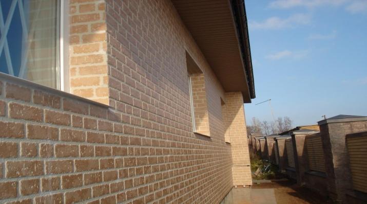 Небольшой вес панелей позволяет облицовывать ими каркасные дома на легких фундаментах.