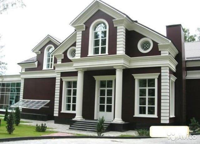 Декор фасада, собранный из пенопластовых элементов, может выглядеть весьма эффектно