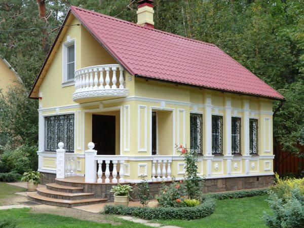 Полиуретановая лепнина стойкая к агрессивной атмосферной среде и активно применяется в отделке фасада.