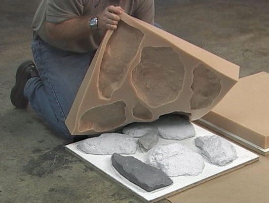 Все, что нужно для изготовления формы - коробка, несколько подходящих камней и много силиконового герметика.