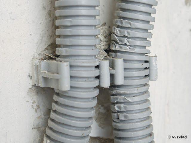 Один из способов крепления провода на фасаде