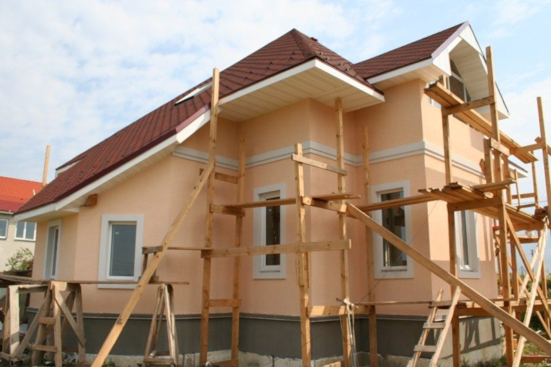 Здание после отделки фасадной шпатлёвкой и покраски