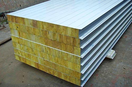 Оцинкованная сталь сочетает прочность с относительной дешевизной. Именно поэтому она — наиболее популярный материал для внешнего слоя панелей
