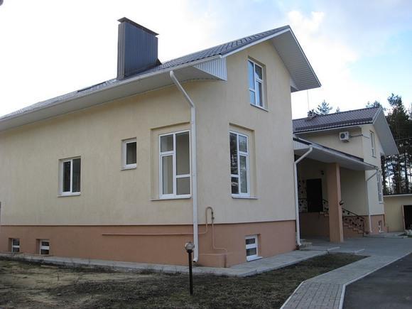 На фото изображен оштукатуренный фасад дома
