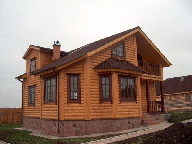 Деревянный фасад коттеджа смотрится очень эффектно