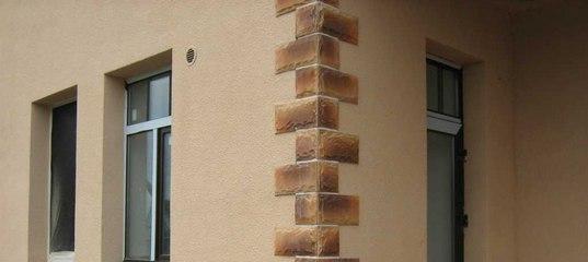 интересное сочетание штукатурки и декоративного камня на фасаде