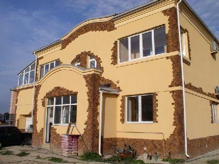 Вариант отделки фасада дома камнем