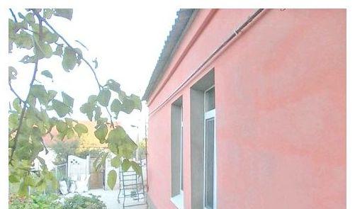 Окрашенный штукатуреный фасад дома