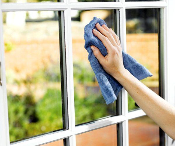 Как бы странно это не звучало, но мытье окон позволяет сохранить тепло в доме
