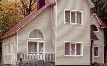 Двухэтажный дом, аккуратно отделанный сайдингом