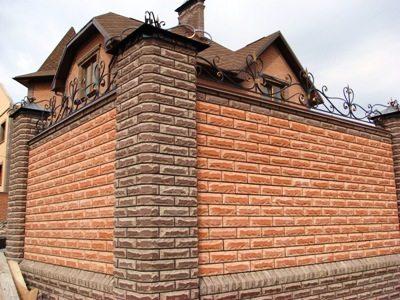 Цементные изделия прекрасно смотрятся и на других сооружениях, к примеру, на заборах