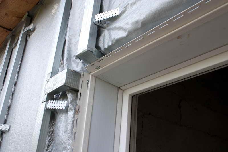Обшивка окна сайдингом – непростая операция фасадной отделки дома