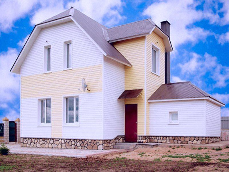 сочетание темной крыши со светлой отделкой фасада