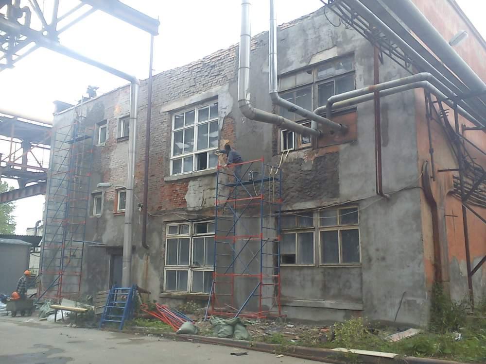 Здесь состояние фасада таково, что единственный выход — зачистить стены до кладки и оштукатурить заново