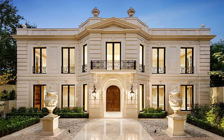 Классический фасад дома просто, но со вкусом
