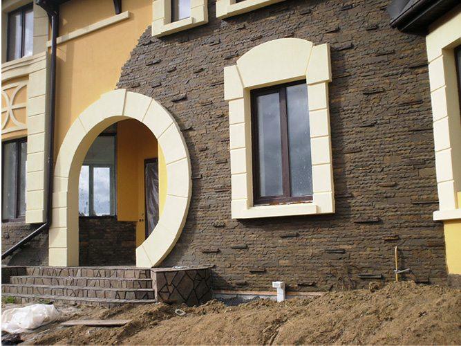 Интересное сочетание штукатурки и натурального камня в оформлении фасада здания