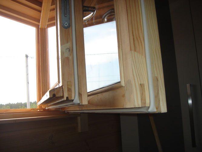 Любительское фото качественных окон из древесины, утепленных с помощью уплотнительной резины