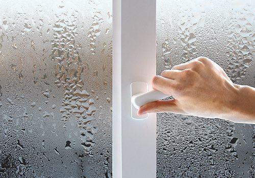 Любительское фото, показывающее запотевшие стекла на пластиковом окне
