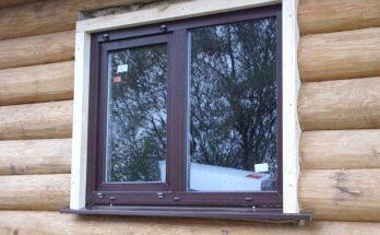 Любительское фото установленного окна в деревянном доме с использованием обсады