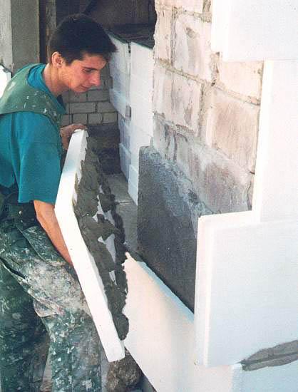 Приклеивание пенополистирольной плиты с помощью клеевой смеси Церезит