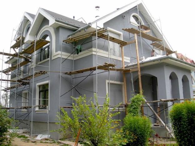 Монтаж штукатурного фасада загородного дома