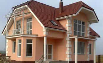 Поверх слоя штукатурки фасад можно красить в любой цвет
