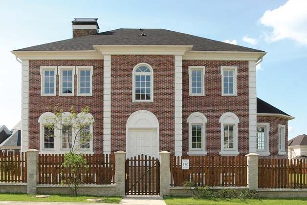 На этом фото фасад дома выдержан в стиле «облегченной классики»