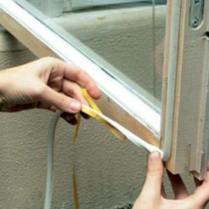 На фото — утепление деревянных окон