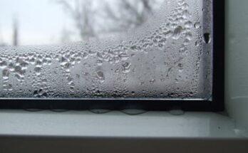 На фото – выпадение конденсата на окнах изнутри комнаты