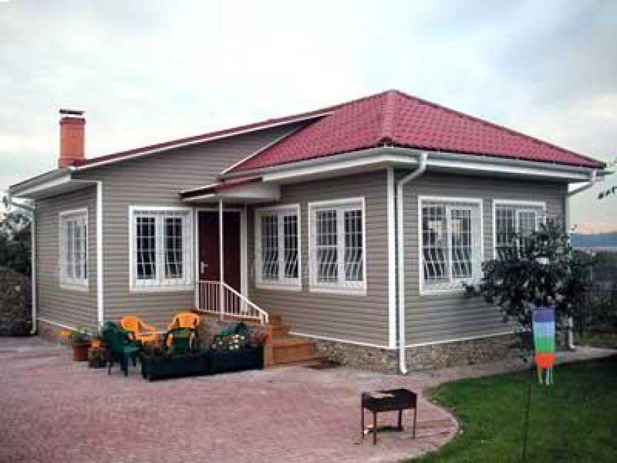 На фото жилой дом с фасадом из винилового сайдинга