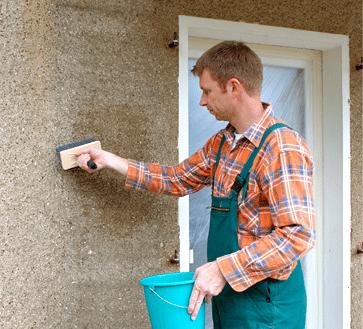 Нанесение грунтовки на фасад дома осуществляется с помощью широкой кисти