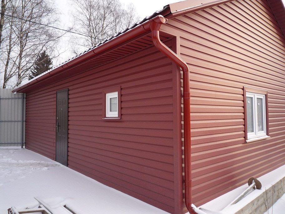 Отделка наружных стен дома сайдингом красного цвета