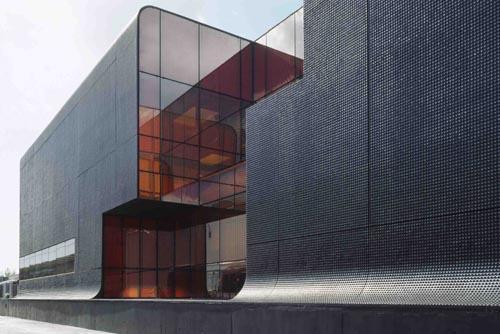 Навесные фасады - очень популярное решение для торговых центров, промышленных и офисных зданий. Давайте познакомимся с ними поближе.