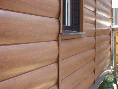 Неплохой вариант облагородить фасад пенобетонного дома «бревенчатым» фасадом