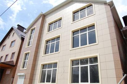 Фото дома, облицованного керамогранитом