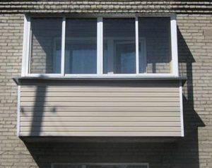 Обшитый сайдингом балкон смотрится современно и отлично защищен от непогоды