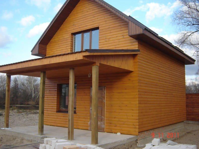 Простая облицовка небольшого дома деревянным Блок-Хаусом