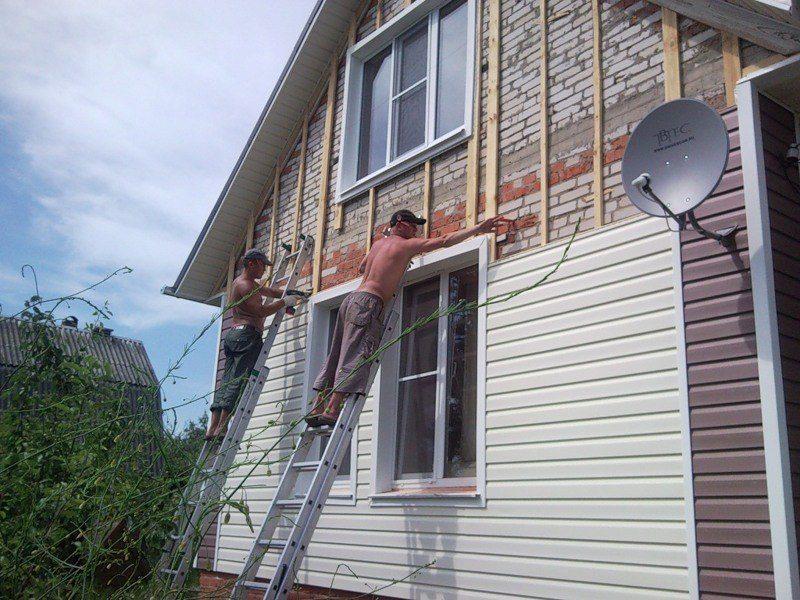 Обшивка фронтона кирпичного дома виниловым сайдингом