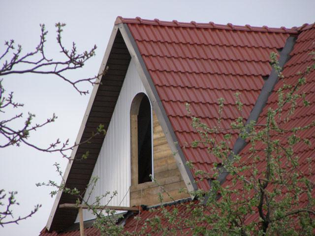 Обшивка фронтона с арочным окном виниловым сайдингом